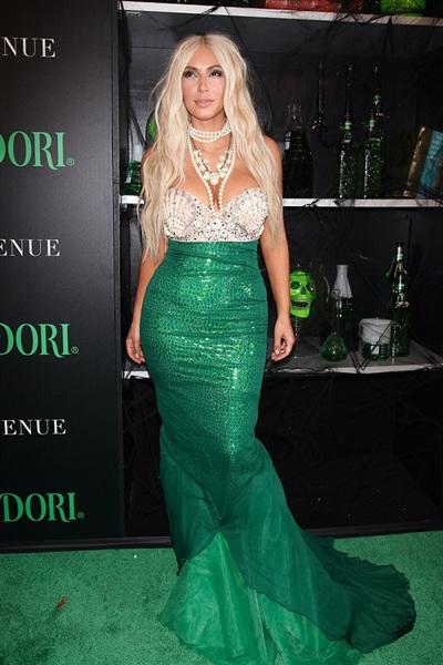 Tham gia một sự kiện quảng bá của nhãn hàng Midori, Kim Kardashian 'chơi lớn' khi 'sắm sửa' cho mình bộ dạng nàng tiên cá. Cô diện sắc xanh trùng khớp với màu của thương hiệu rượu nổi tiếng.