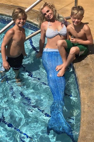 Dành thời gian vui đùa bên các con, nàng tiên cá Britney Spears trông thật dễ thương. Cô từng khoe hình ảnh này với người hâm mộ trên Instagram năm 2015.