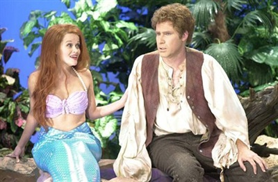 Bạn có nhận ra nàng tiên cá nào trong hình không? Chính là nữ diễn viên Reese Witherspoon khi cô tham gia chương trình hài kịch Saturday Night Live đấy.