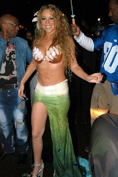 Sở hữu thân hình không mấy thon thả, Mariah Carey vẫn chơi tới bến trong ngày lễ hóa trang năm 2013. Nữ diva còn mang theo cả đoàn tùy tùng để 'phục vụ' nàng tiên cá vừa lên bờ này.