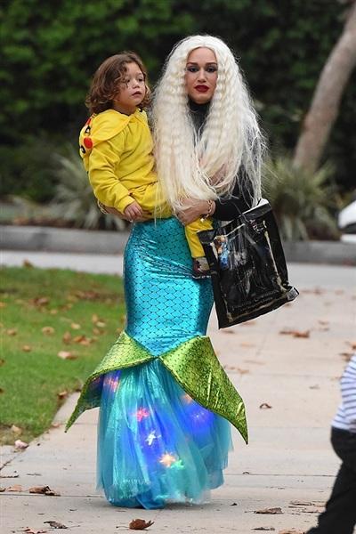 Hình ảnh tiên cá của Gwen Stefani lại có phần hóm hỉnh hơn khi nữ ca sĩ chiều lòng con trai trong ngày Halloween năm ngoái. Hai mẹ con đang đi xin kẹo - một nghi thức truyền thống trong ngày hội này ở phương Tây.
