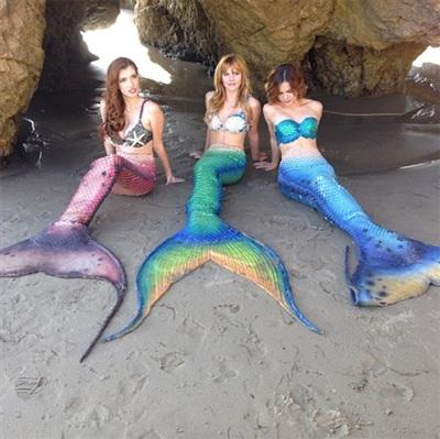 Bella Thorne rủ rê các cô bạn thân của mình làm nàng tiên cá trong trang phục không thể quyến rũ hơn.
