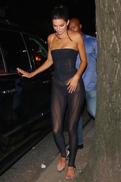 Trang phục xuyên thấu lộ nội y của Kendall Jenner.