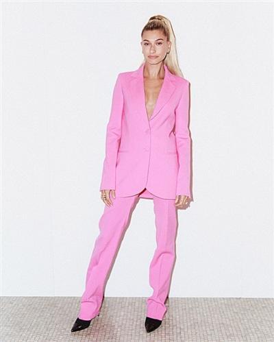 Hailey Baldwin tham dự tuần lễ thời trang New York với bộ cánh hồng nổi bật. Được biết đến là một nữ người mẫu có gu thời trang năng động và gợi cảm, bộ suit không áo ngực này của Hailey một lần nữa khẳng định 'chắc nịch' nhận định đó.