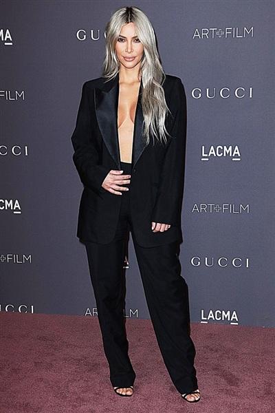 Kim Kardashian nổi tiếng là người thích 'mặc mà như không mặc', chính vì vậy cô không thể để xu hướng này 'chạy thoát'. Nữ diễn viên chắc hẳn phải rất cẩn trọng bởi một phút lơ đã thôi, cô có thể bị lộ hàng với chiếc áo vest chưa cài cúc này.