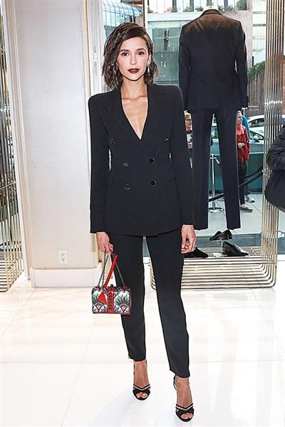 Nữ diễn viên của The Vampire Diaries, Nina Dobrev tới dự một sự kiện của Giorgio Armani với bộ suit thanh lịch. Màu đen cũng là màu sắc được các mỹ nhân ưa chuộng vì thế Nina gần như đã đụng hàng Sara khi đi chung sự kiện.