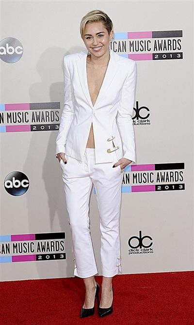 Thực tế cho thấy, Miley Cyrus đã diện phong cách này trên thảm đỏ từ năm 2013. Nữ ca sĩ có mặt tại American Music Awards 2013 trong trang phục suit cách điệu với chi tiết kim băng lạ mắt.
