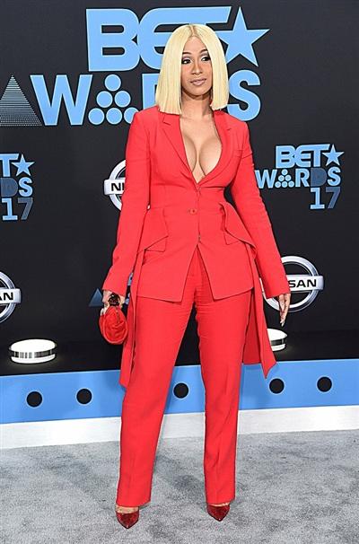 Sở hữu 'vòng 1' đồ sộ, Cardi B giữ vững tiêu chí 'khoe mọi nơi, mọi lúc'. Không thể phủ nhận rằng với sắc đỏ, nữ rapper đã trở thành tâm điểm của BET Awards 2017.
