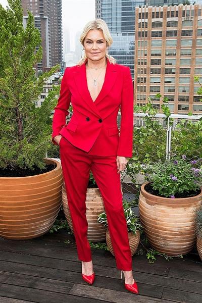 Tuổi 54 không thể ngăn cản cựu người mẫu Yolanda Hadid - mẹ của Gigi và Bella Hadid theo đuổi phong cách nóng bỏng này.