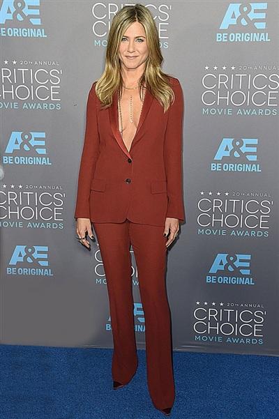 'Vòng 1' có phần hơi… chảy xệ nhưng Jennifer Aniston vẫn 'mặc kệ nó' và diện bộ suit màu bã trầu không áo ngực đến lễ trao giải Critics' Choice Movie Awards.
