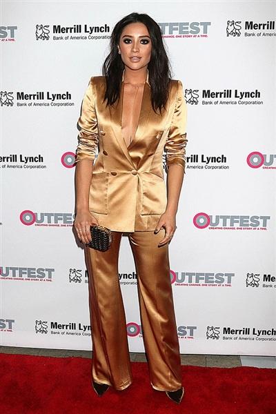 Với chất liệu lụa, bộ suit của nữ diễn viên Shay Mitchell mang dáng dấp đồ pijama. Khi diện kiểu áo này, các sao luôn phải chú ý từng đường đi nước bước để tránh sự cố 'lộ hàng'.