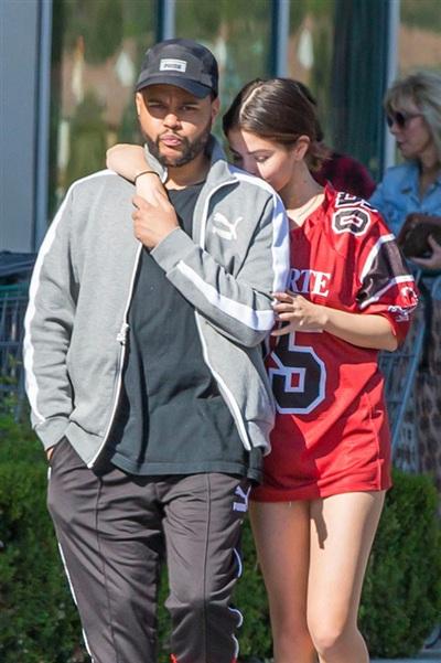 The Weeknd từng bỏ Bella Hadid để đến với Selena Gomez vào năm2017.