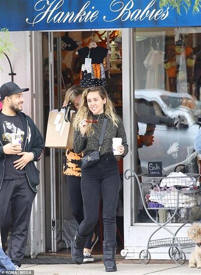Sự thật về chuyện Miley Cyrus mang bầu vì đi sắm quần áo sơ sinh 0