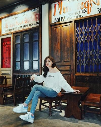 An Japan trẻ trung mà nữ tính với set đồ đơn giản gồm áo trễ vai + quần jean + giày sneaker.