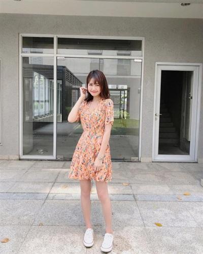 Nhung Gumiho nữ tính bánh bèo xuống phố khi lựa chọn trưng diện mẫu váy liền họa tiết hoa lá, tông màu khá ngọt ngào.