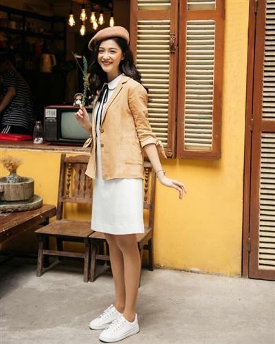 Linh Thỏ diện set đồ đậm chất mùa thu khi mix váy liền cùng áo blazer và mũ nồi xuyệt tông.