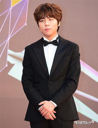 Jung Seung Hwan được biết đến là ca sĩ triển vọng bước ra từ chương trình 'sống còn' K-Pop Star của đài SBS. Anh xuất hiện tại thảm đỏ MGA trong bộ vest lịch lãm, điểm nhấn trong bộ trang phục này là chiếc nơ chấm bi được thắt gọn gàng trên cổ áo.