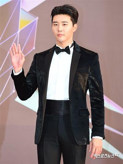 Nam diễn viên Kim Kwon thì lựa chọn cho mình chiếc vest nhung thời thượng.