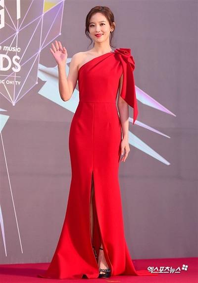 Người đẹp Kang Hana thu hút mọi ánh nhìn khi có mặt tại thảm đỏ với chiếc đầm đỏ rực rỡ trễ vai, xẻ tà. Nữ diễn viên nhận được vô số lời khen về trang phục lộng lẫy giúp cô xinh đẹp, tỏa sáng như một nàng công chúa.