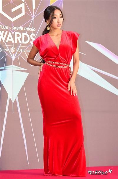 Moon Gabi có lẽ là đối thủ của Kang Hana tại thảm đỏ vừa qua khi cũng xuất hiện với chiếc đầm đỏ quyến rũ. Tuy nhiên, trang phục của cô có phần già dặn hơn bởi chất liệu vải nhung cùng thiết kế xẻ ngực và trùm chân.