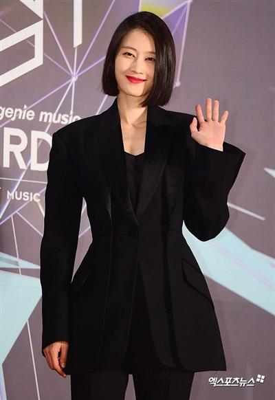 Không hổ danh là fashionista kiêm người mẫu hàng đầu xứ Hàn, bộ cánh thắt eo mà Lee Hyun Ji mặc chính là một trong những cách tân độc đáo của loại trang phục blazer năm nay.