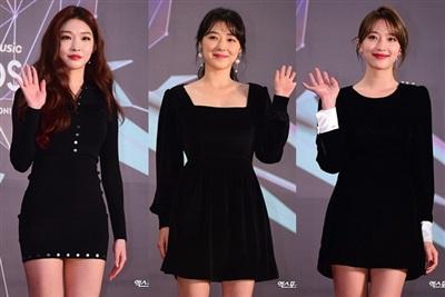 Từ trái sang phải: Chung Ha, Jo Woo Ri, Pyo Ye Jin. Thảm đỏ năm nay tràn ngập sắc đen huyền thoại.