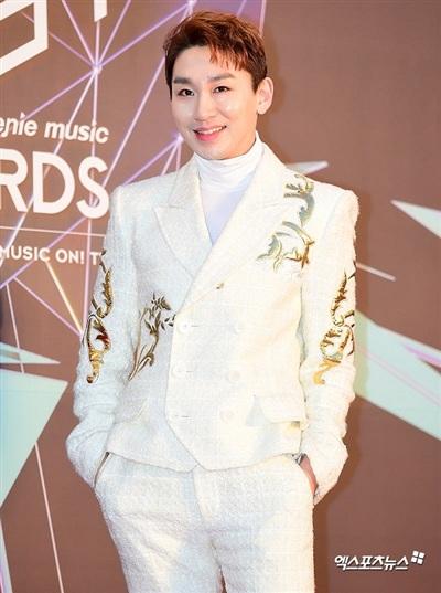 Nam diễn viên kỳ cựu Kim Ho Young gây bất ngờ khi xuất hiện với trang phục all-white chất liệu nỉ, các họa tiết chạm trổ tinh xảo trên nền áo của anh khiến khán giả không khỏi rời mắt.