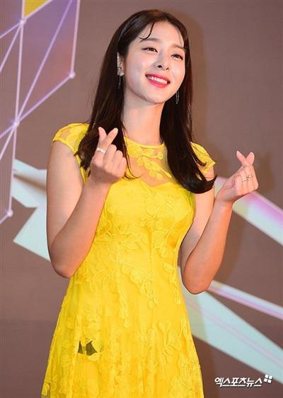 Seol In Ah rạng rỡ như mặt trời khi diện chiếc váy ren vàng điệu đà. Màu vàng cực phù hợp với những người có làn da trắng sứ, không tì vết như cô.