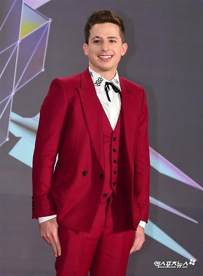 Charlie Puth là nghệ sĩ US-UK duy nhất xuất hiện tại thảm đỏ MGA 2018. Anh diện trang phục three-piece suit (loại vest gồm 3 phần chính: sơ mi, quần tây, áo gi-lê). Điểm nổi bật trong set đồ của anh chính là những họa tiết hình con rắn nhỏ xinh trên cổ áo.