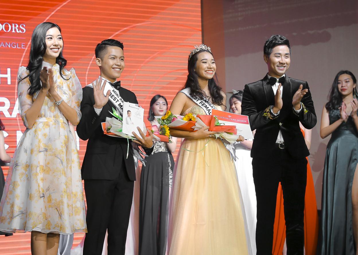 Nguyên Khang và Thúy Vân trao giải cho câp đôi học sinh đoạt giải của trường Minh Khai.