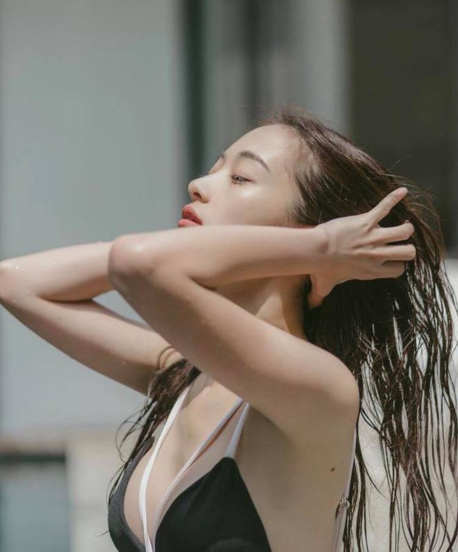 Sự thay đổi này của Jun Vũ khiến fan tranh cãi khá nhiều. Một số thì ủng hộ nhưng một số khác lại cho rằng hot girl đang làm mất đi hình ảnh đẹp của mình bằng việc khoe thân quá đà.