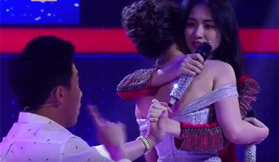 Tuy bị cướp lời, và bài hát Rời bỏ cũng bị 'phá nát' nhưng Hòa Minzy vẫn dành cho bạn diễn cái ôm trên sân khấu. Diễn viên Trấn Thành còn hài hước tiến đến bục động viên nữ ca sĩ 'không được khóc'.
