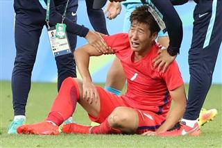 Son Heung-min buồn bã khi thất bại ở tứ kết Olympic 2016.