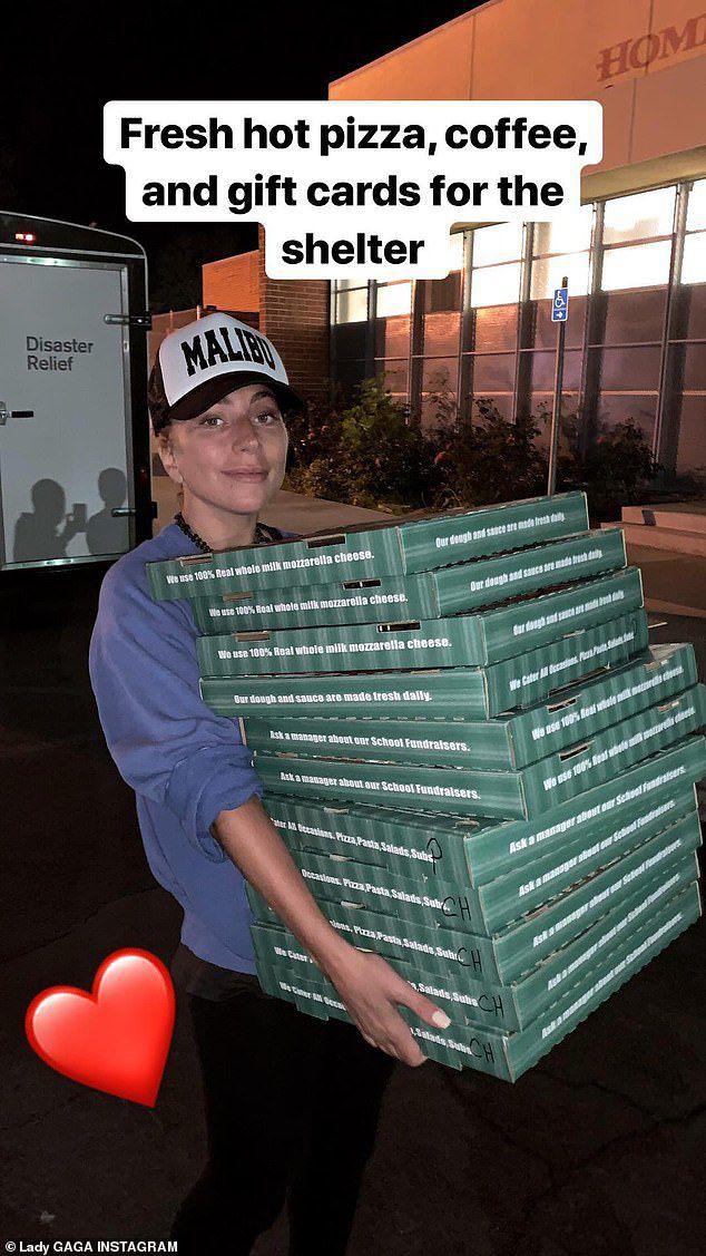 Lady Gaga đi tiếp tế đồ ăn cho nạn nhân ở trung tâm cứu trợ