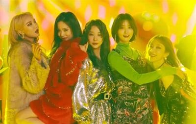 Áo khoác lông oversize, áo chất liệu phi bóng lấp lánh, trang phục đầy màu sắc là những item thời trang được 5 cô nàng EXID diện xuyên suốt MV