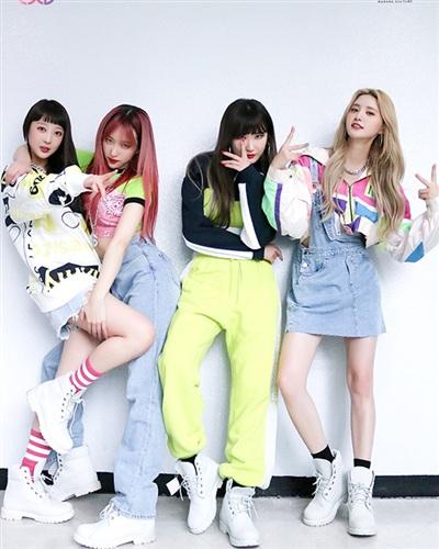 Giày 'chiến binh', quần jean ống rộng, áo đủ màu cắt xẻ tùy hứng được 4 cô gái diện triệt để trong MV Lady