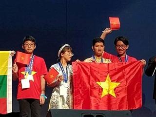 Nhật Minh(trái) trong một lần đoạt huy chương toán quốc tế