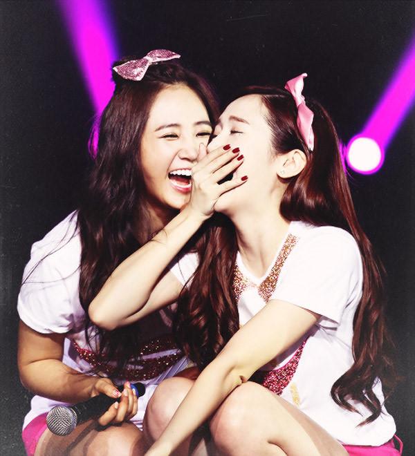 Yuri và Jessica nổi tiếng với tình bạn hơn 10 năm, kể từ khi còn là thực tập sinh cho đến lúc đã ra mắt và nổi tiếng cùng SNSD
