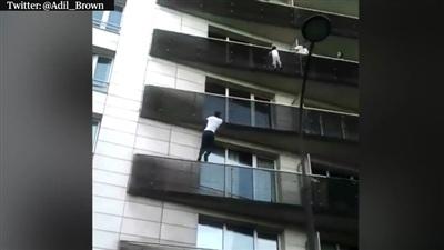Không màng tới an toàn của bản thân, Mamoudou Gassama chỉ mất vài giây để tiếp cận bé trai và giải cứu cậu bé thoát khỏi nguy hiểm.