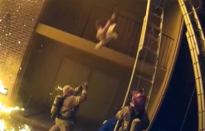 khi đang định trèo thang tiếp cận vào trong khu vực hỏa hoạn thì người đội trưởng nhận thấy có vật màu xanh rơi xuống. Rất nhanh chóng cô đưa tay đỡ và giải cứu thành công em bé này khỏi hỏa hoạn.
