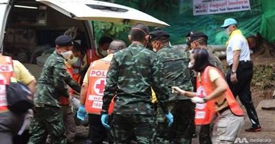 Ngay sau khi ra khỏi hang, các nạn nhân được đưa lên xe cứu thương
