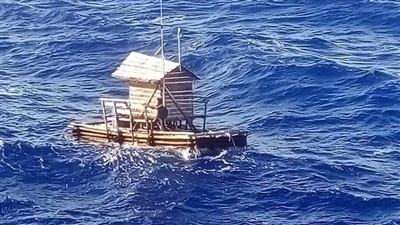 Túp lều câu cá nổi của Aldi Novel Adilang đã được phát hiện bởi một tàu chở hàng đi qua, MV Arpeggio, sau khi trôi dạt trên biển hơn một tháng.
