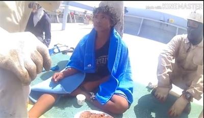 Cậu bé khi được giải thoát khỏi tháng ngày trôi nổi trên biển.