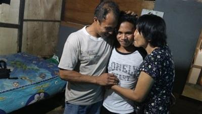 Adilang an toàn trong vòng tay của bố mẹ