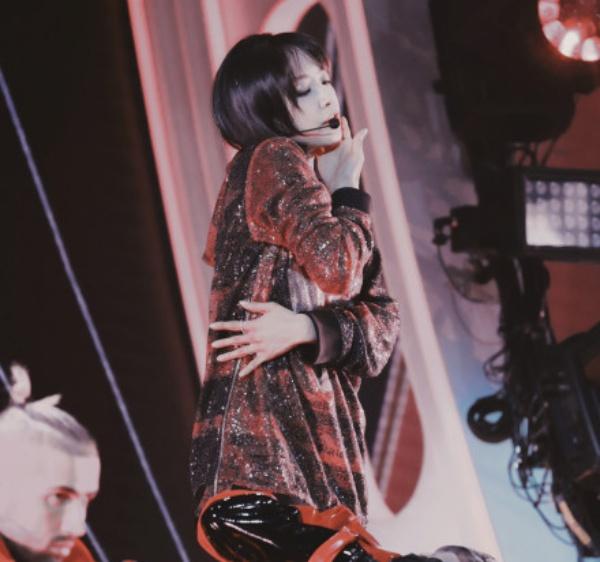 Mạnh về vũ đạo song lại yếu khoản hát hò, netizen Trung cho rằng phần lớn diễn viên nổi tiếng của Trung Quốc đều có thể hát hay và tốt hơn Tống Thiến nhiều