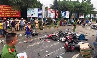 Hiện trường vụ tai nạn thảm khốc, nhiều xe máy bị bẻ đôi, nằm la liệt.