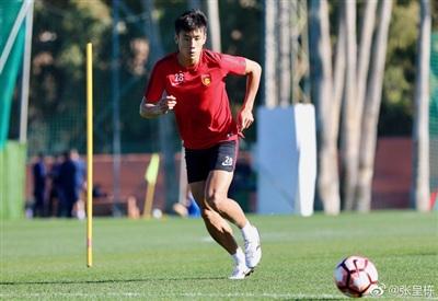 'Cực phẩm' trai đẹp của đội tuyển Trung Quốc 'đốn tim' fan girl châu Á ngay ngày đầu ra sân 2