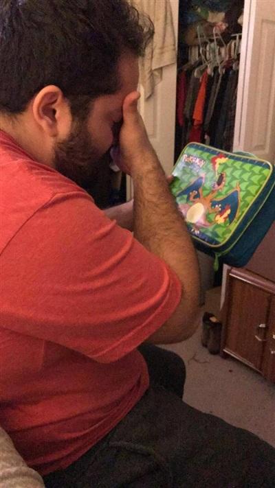 Hồi còn nhỏ bạn trai tôi rất nghèo. Anh ấy luôn muốn có được hộp đựng cơm hình Pokemon nhưng chúng quá xa xỉ. Tôi vô tình tìm thấy hộp cơm đó trên mạng và mua tặng anh ấy. Anh ấy cầm hộp cơm và khóc...