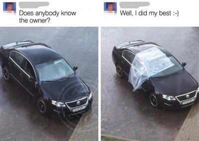 Vì thấy một chiếc xe đang mở cửalúc mưa nhưng không thấy chủ nhân của nó,nên chàng trai đã dùng một tấm vải che để nước mưa không lọt vào trong.