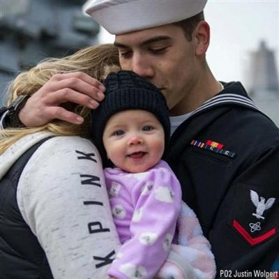 Lần đầu tiên em bé này nhìn thấy cha của mình, ắt hẳn cô bé rất vui vẻ.